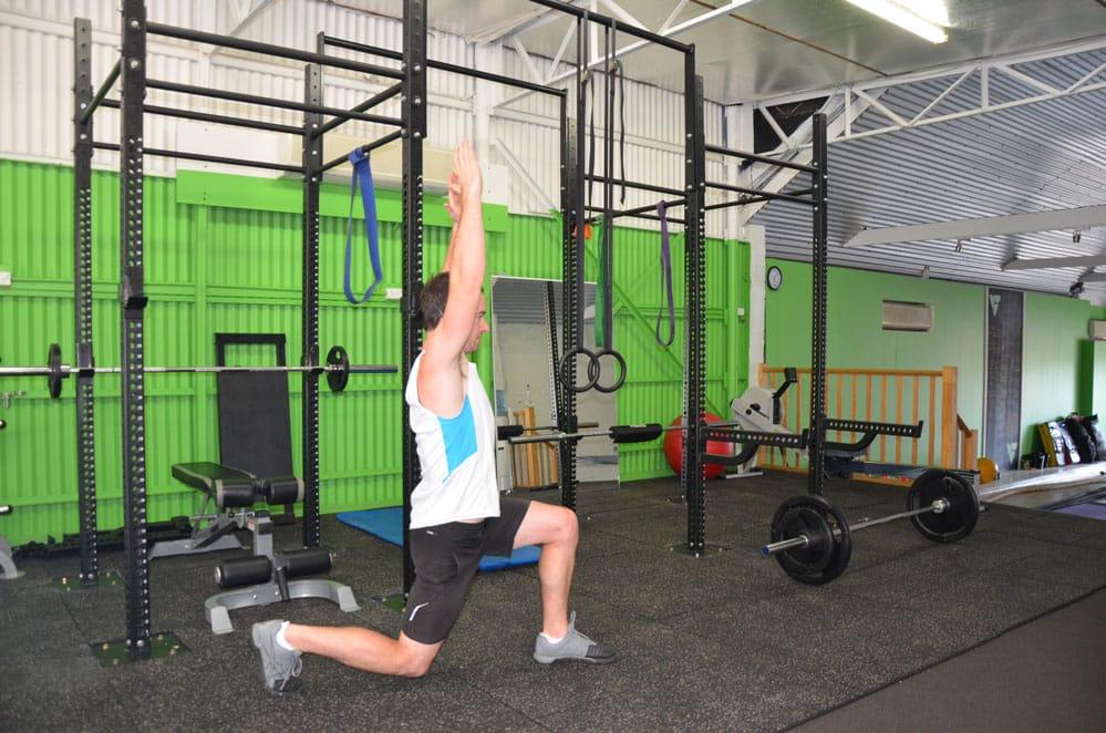 Alternating-Bodyweight-Over-head-Reverse-Lunge-2