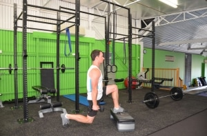 Alternating-Dumbbell-Decline-Reverse-Lunge-2